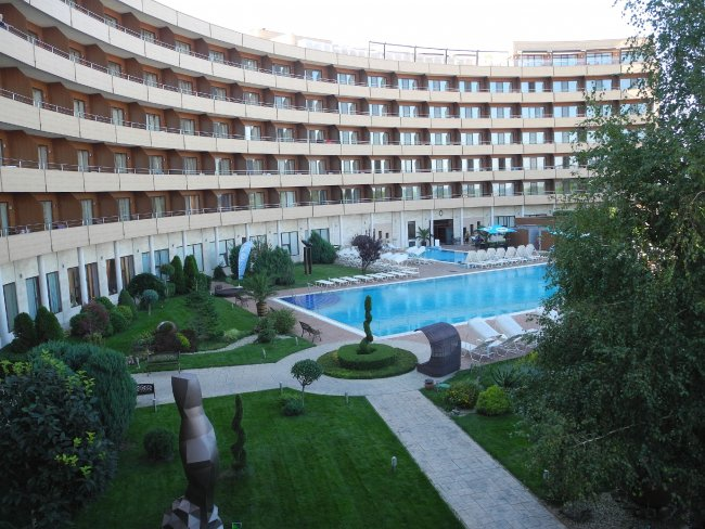 kleiner garten und der pool hotelbild grand hotel pomorie. Black Bedroom Furniture Sets. Home Design Ideas