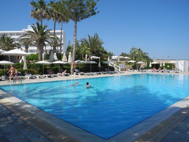 schatten durch b ume und palmen hotelbild hotel nissi beach resort. Black Bedroom Furniture Sets. Home Design Ideas